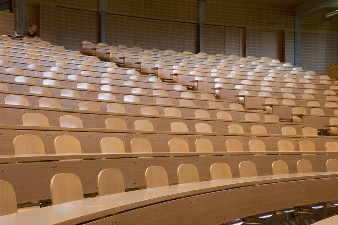 Audimax leer Stuhlreihen halbkreis