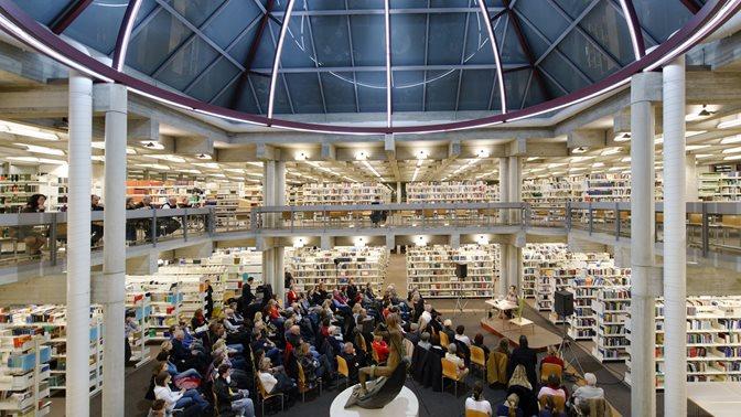Lesung unter der Kuppel der Bibliothek
